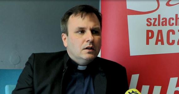 Ksiądz Grzegorz Babiarz, przyjaciel księdza Jacka Stryczka, w poniedziałek wkroczył do siedziby Stowarzyszenia Wiosna w towarzystwie ochroniarzy. Wcześniej Babiarz wysyłał pracownikom maile, w których groził im zwolnieniami.