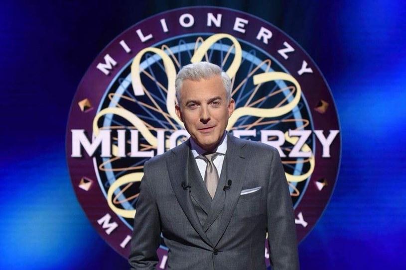 """""""Milionerzy"""" to program, który od lat cieszy się niesłabnącą popularnością. Wierni fani z niecierpliwością zbierają się przed telewizorami, by od poniedziałku do czwartku wieczorem oglądać zmagania kolejnych uczestników w walce o milion. Niestety, już wkrótce czeka ich zmiana."""