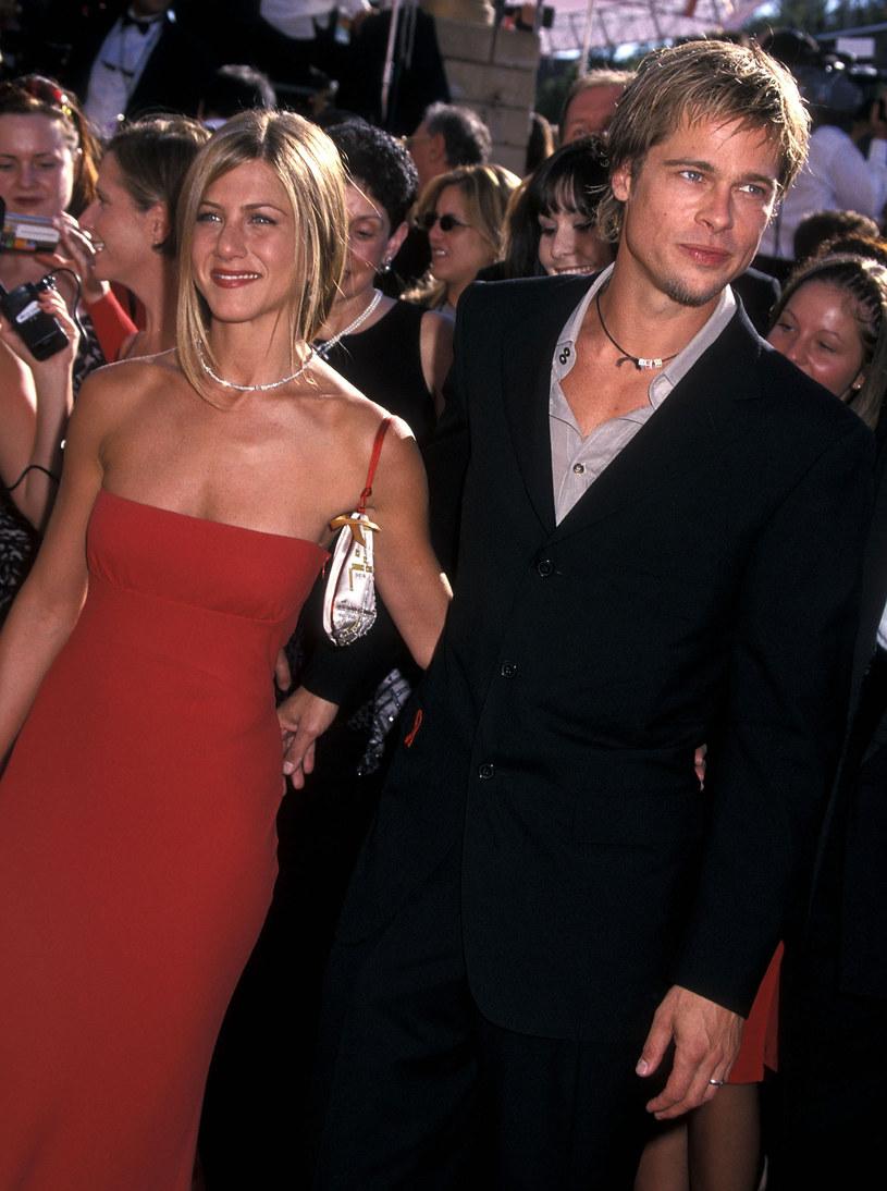 Od kiedy Brad Pitt rozstał się z Angeliną Jolie media na całym świecie spekulują, że już niedługo będzie wielki powrót Brada Pitta i Jennifer Aniston. Dodatkowo emocje podgrzewa fakt, że Pitt pojawił się na 50. urodzinach aktorki, a później byli widziani na kilku randkach. Teraz na palcu Aniston można dostrzec obrączkę! Czy byli małżonkowie wzięli sekretny ślub?
