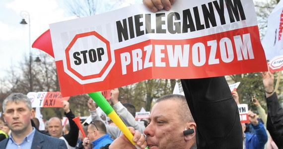 """Taksówkarze zawieszają protest. W środę w samo południe rozpoczynają się ich negocjacje z przedstawicielami kilku ministerstw - poinformował we wtorek przewodniczący mazowieckiego NSZZ """"Solidarność"""" Rafał Piotr Jurek."""
