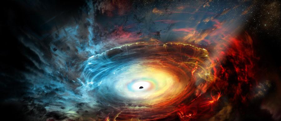 """Być może już jutro zobaczymy pierwsze zdjęcie... czarnej dziury - przypomina na swej stronie internetowej czasopismo """"New Scientist"""". Zespół naukowców zaangażowanych w projekt EHT (Event Horizon Telescope), sieć teleskopów usytuowanych dookoła świata, zapowiedział na jutro ogłoszenie pierwszych wyników swoich badań. Jak wiadomo, czarnej dziury nie da się bezpośrednio zobaczyć, ani sfotografować, bo nie emituje żadnego światła, astronomowie chcą jednak pokazać jej cień. Pracują nad tym od lat."""