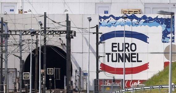 Dwaj polscy zawodowi kierowcy ciężarówek zostali skazani przez sąd w Boulogne-sur-Mer na północy Francji na 14 miesięcy więzienia każdy za próbę przemytu irackiego migranta. Był on ukryty w ciężarówce z trumnami załadowanej na pociąg jadący pod Kanałem La Manche do Wielkiej Brytanii.