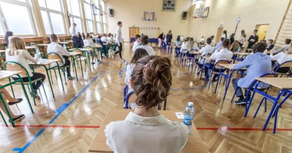 Trzeci dzień strajku nauczycieli i pierwszy dzień egzaminu gimnazjalnego. Na żywo