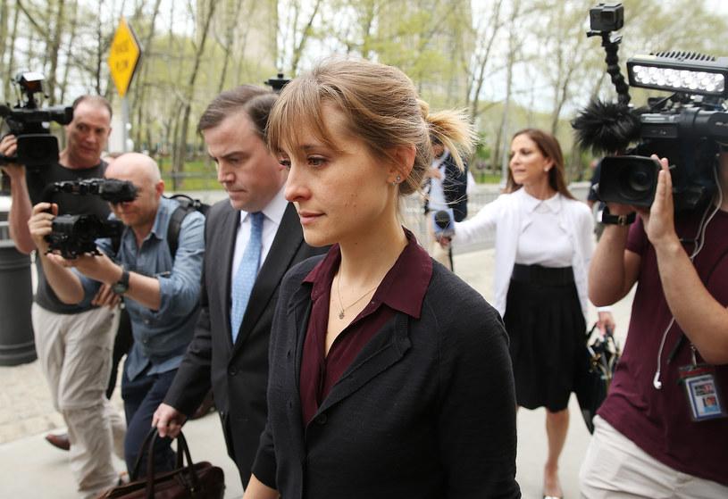 """Allison Mack, aktorka znana przede wszystkim z roli Chloe Sullivan w serialu """"Tajemnice Smallville"""", przyznała się przed sądem federalnym w Brooklynie do stręczycielstwa. Zarzucano jej między innymi rekrutowanie kobiet do uważanej za sektę organizacji NXIVM, a następnie zmuszanie ich do seksu ze stojącym na jej czele Keithem Ranierem."""