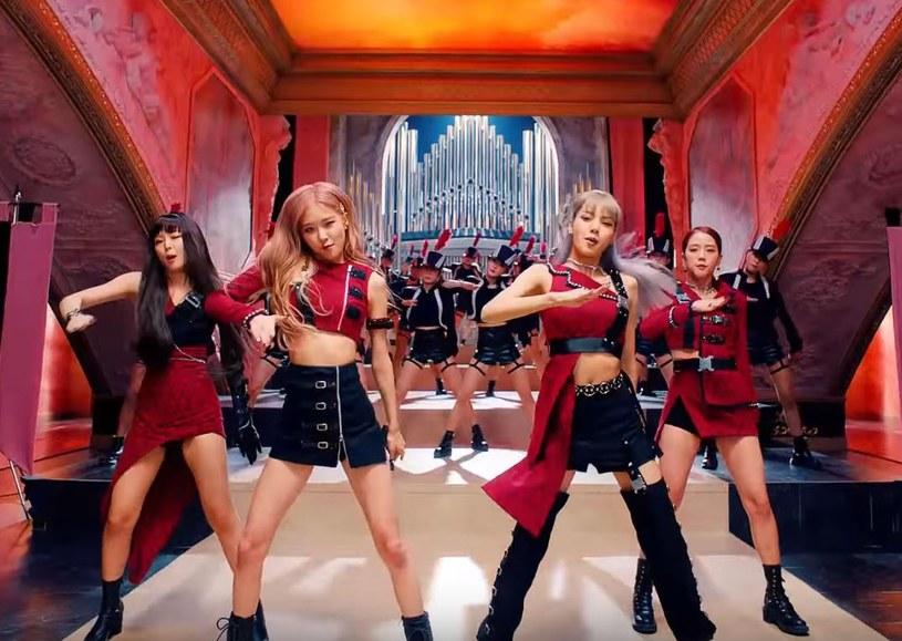 """Koreański girlsband już od jakiegoś czasu podbija świat i pokazuje, że nie ma rekordu, którego nie byłby w stanie ustanowić. Blackpink to cztery dziewczyny, których hit """"Kill This Love"""" ustanowił nowy rekord na platformie Youtube, detronizując dotychczasową gwiazdę - Arianę Grande."""