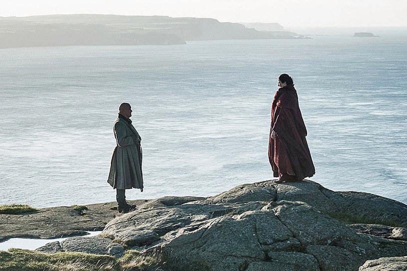 """Umarł król, niech żyje król! Kto jednak zasiądzie na Żelaznym Tronie? Tego oczywiście Carice van Houten i Conleth Hill, czyli serialowi Melisandre i Varys, nam nie zdradzili, lecz podzielili się chętnie anegdotami z planu """"Gry o tron"""", której ostatni sezon startuje już 14 kwietnia."""