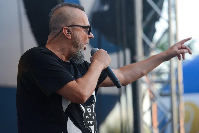 """Jesienią tego roku ukaże się nowy album grupy Pidżama Porno. Do ekipy dowodzonej przez Krzysztofa """"Grabaża"""" Grabowskiego"""" na stałe dołączył gitarzysta Piotr """"Załęs"""" Załęski."""