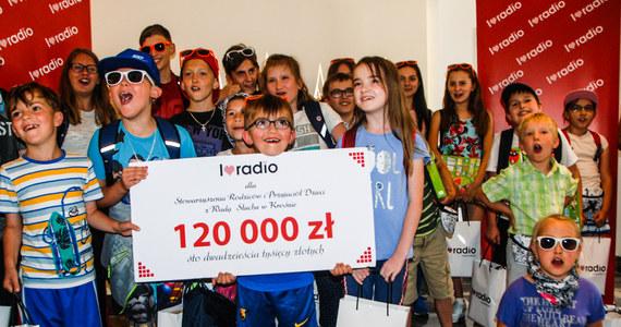 """W kalendarzu 11 kwietnia, czyli polski Dzień Radia. Z tej okazji już po raz trzeci w ramach projektu """"I Love Radio"""", skupiającego pięć największych grup radiowych w kraju - w tym Grupę RMF, wyemitowany zostanie specjalny Charytatywny Blok Reklamowy! W RMF FM będziemy również mieć dla Was radiowe upominki!"""