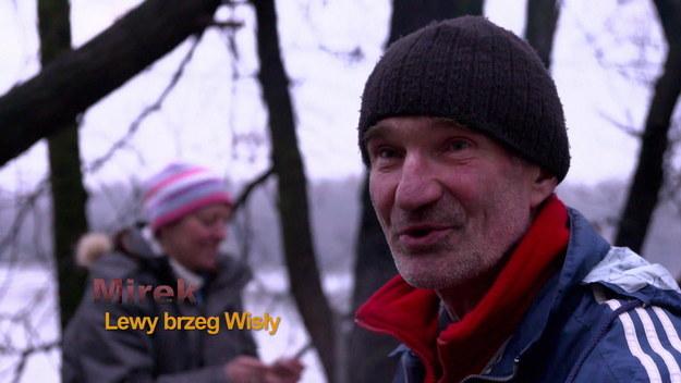 """""""Kloszard Story"""" to opowieść o ludziach bezdomnych, których mijamy codziennie na chodnikach i w parkach. Jak wylądowali na dnie i jak się podnoszą? Czy uda im się przetrwać kolejną zimę w podwarszawskim lesie? W tej smutnej historii znajdą się jednak także momenty radosne, anegdoty i czarny humor."""