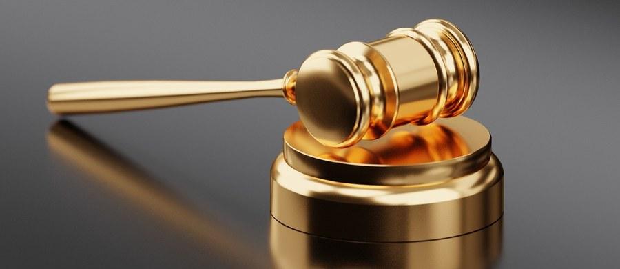 Półtora roku więzienia i zakaz wykonywania zawodu na 9 lat dla byłego policjanta, który śmiertelnie postrzelił kierowcę. Szczeciński sąd nie zgodził się na zmianę kwalifikacji czynu na zabójstwo z zamiarem ewentualnym. Wyrok nie jest prawomocny.