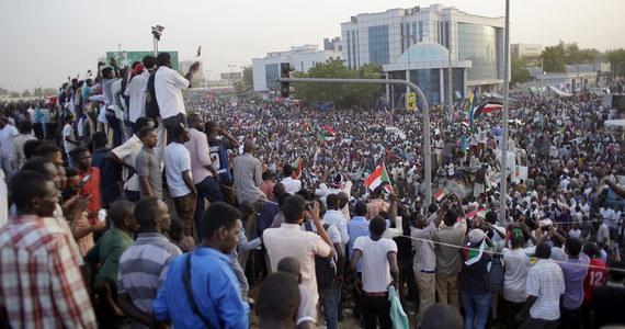 Minister obrony Sudanu Awad Mohamed Ahmed ibn Auf został w czwartek przewodniczącym Tymczasowej Rady Wojskowej, która ma rządzić tym krajem w dwuletnim okresie przejściowym po obaleniu prezydenta Omara Baszira - poinformowała miejscowa telewizja państwowa.