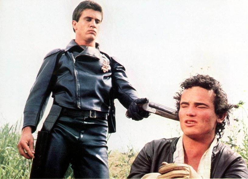 """40 lat temu """"Mad Max"""" zszokował filmowy świat i uczynił z Mela Gibsona gwiazdę. - Kipiący przemocą film okazał się ciekawszy i bardziej prowokacyjny niż powstające w tym samym czasie produkcje hollywoodzkie. Okazał się też doskonałym startem kariery Gibsona i zwrócił uwagę na kino z Australii - powiedział krytyk filmowy Jakub Demiańczuk."""
