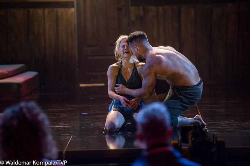 """W półfinale """"Dance, Dance, Dance"""" Kasia Dziurska i Emil Gankowski ponownie zatańczą choreografię, podczas której w trzecim odcinku show mistrzyni fitness z impetem uderzyła głową w element scenografii."""