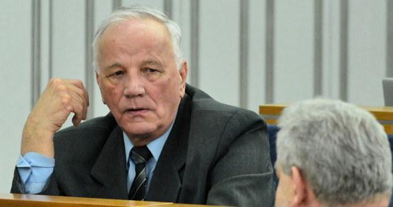 """Moja walka z komuną zaczęła się 40 lat temu, po drugiej stronie barykady był wówczas pan Zemke, który pisał o mnie artykuły. I teraz kierownictwo partii poleca mi, bym roznosił ulotki pana Zemkego, nie będę tego robić - podkreślił senator Jan Rulewski w wywiadzie udzielonym """"Rzeczypospolitej""""."""