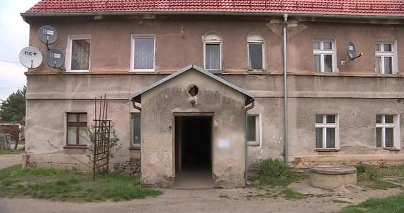 25-letnia kobieta zmarła w wyniku brutalnego pobicia przez swojego konkubenta. Do zdarzenia doszło w Dzierżoniowie w nocy z wtorku (09.04) na środę. Sprawca został zatrzymany i usłyszał zarzut pobicia ze skutkiem śmiertelnym. Wnioskowaliśmy również do sądu o areszt tymczasowy na okres trzech miesięcy, który sąd zastosował do naszego postępowania. Jeśli chodzi o okoliczności zdarzenia, miało tu miejsce wielokrotne pobicie pięściami naszej ofiary. Rozległość obrażeń spowodowała, że kobieta zmarła - powiedział Tomasz Fedorszczak z Prokuratury Rejonowej w Dzierżoniowie.
