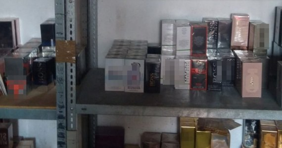 Na prawie cztery miliony złotych oszacowano wartość podrabianych towarów zabezpieczonych na terenie prywatnej posesji w miejscowości Suchy Las na Mazowszu. Policjanci przechwycili tam 13 tysięcy flakonów podrobionych perfum, ponad pół tysiąca par skarpet i ponad tysiąc koszul. Policjanci zatrzymali 54-letniego mężczyznę i 47-letnią kobietę. Oboje usłyszeli zarzuty. Grozi im do pięciu lat więzienia.