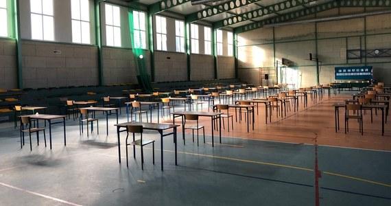 Uczniowie trzech szkół podstawowych w gminie Jonkowo na Warmii musieli rozpocząć egzamin ósmoklasisty w jednym budynku szkolnym. Powodem takiej decyzji była obawa, że z powodu strajku nauczycieli nie da się skompletować osobnych komisji w każdej z tych szkół.