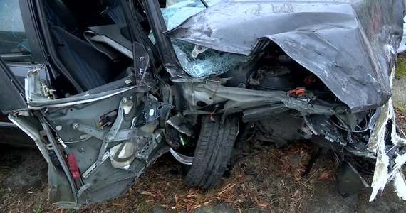 W Szczecinie pijany kierowca wpadł w poślizg i wjechał w cztery zaparkowane auta. Pojazdy na szczęście stały puste. Sprawca oraz jego pijany pasażer trafili do szpitala.