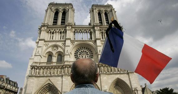 """W poniedziałkowy wieczór jeden z najsłynniejszych zabytków we Francji – katedra Notre Dame, stanęła w płomieniach. Swoją sławę zawdzięcza m.in. powieści """"Katedra Najświętszej Marii Panny w Paryżu"""" francuskiego pisarza Victora Hugo. Jest zabytkiem najczęściej odwiedzanym przez turystów odwiedzających Paryż – rocznie zwiedza ją nawet 12 mln ludzi z całego świata."""