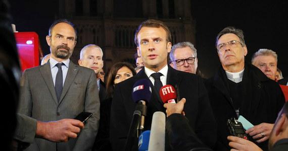 """""""Odbudujemy katedrę Notre Dame"""" - zapewnił prezydent Francji Emmanuel Macron podczas wystąpienia na dziedzińcu przed stojącą w płomieniach świątynią. """"Udało się uniknąć najgorszego, ale batalia o uratowanie katedry nie jest jeszcze zakończona"""" - powiedział."""