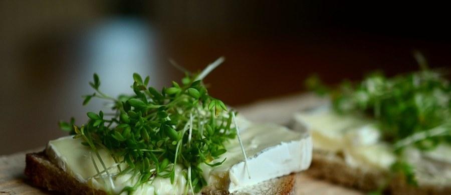 Pięknie wygląda na świątecznym stole i wspaniale smakuje. Pieprzyca siewna, czyli rzeżucha, kojarzy się nam z Wielkanocą. Ale warto ją jeść przez cały rok: to jedno z najbardziej wartościowych warzyw, jakie możemy spożywać. W dodatku bardzo łatwo je wyhodować.