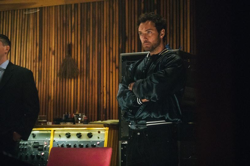 """W """"Vox Lux"""" dwukrotnie nominowany do Oscara brytyjski aktor Jude Law wciela się w rolę menedżera wielkiej gwiazdy pop, granej przez Natalie Portman. To już ich czwarte spotkanie na ekranie."""