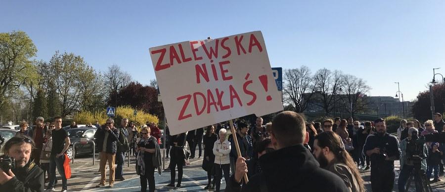 """Druga część egzaminu ósmoklasistów - sprawdzian z matematyki - w dziewiątym dniu strajku nauczycieli odbyła się bez zakłóceń. """"Wszystko odbywa się zgodnie z prawem i procedurami, nie ma absolutnie żadnych zakłóceń"""" - zapewniała Anna Zalewska na konferencji prasowej. Z testem z matematyki zmierzyło się ponad 377 tysięcy uczniów. We wtorek ZNP poinformowało, że na wniosek związku na czwartek zwołano posiedzenie Rady Dialogu Społecznego. Prezydent Andrzej Duda spotkał się z szefową RDS Dorotą Gardias i zgodził się z jej propozycją, by okrągły stół ws. oświaty odbył się w """"formule rozszerzonej Rady Dialogu Społecznego"""". Zadeklarował, że jest gotów udostępnić na te obrady Belweder."""