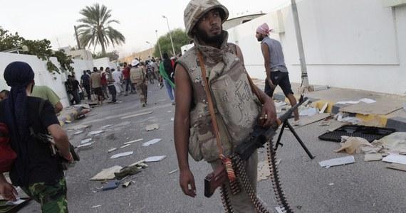 Co najmniej dwóch cywilów zginęło, a czterech zostało rannych w ostrzale rakietowym Trypolisu - twierdzą służby ratunkowe w libijskiej stolicy, która od początku kwietnia jest atakowana przez siły generała Chalify Haftara. Według AFP centrum Trypolisu wstrząsnęło co najmniej siedem potężnych eksplozji.