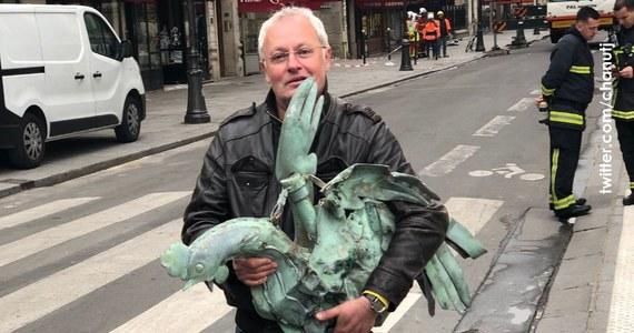 """Po pożarze katedry Notre Dame w Paryżu udało się odnaleźć relikwiarz z iglicy. Wewnątrz miedzianego koguta - symbolu zaparcia się św. Piotra - znajdują się relikwie patronki Paryża św. Genowefy, patrona Francji św. Dionizego i fragment korony z cierni. """"Szczęśliwie kogut się odnalazł"""" - powiedział Patrick Palem z jednej z firm zajmujących się odnawianiem dzieł sztuki."""