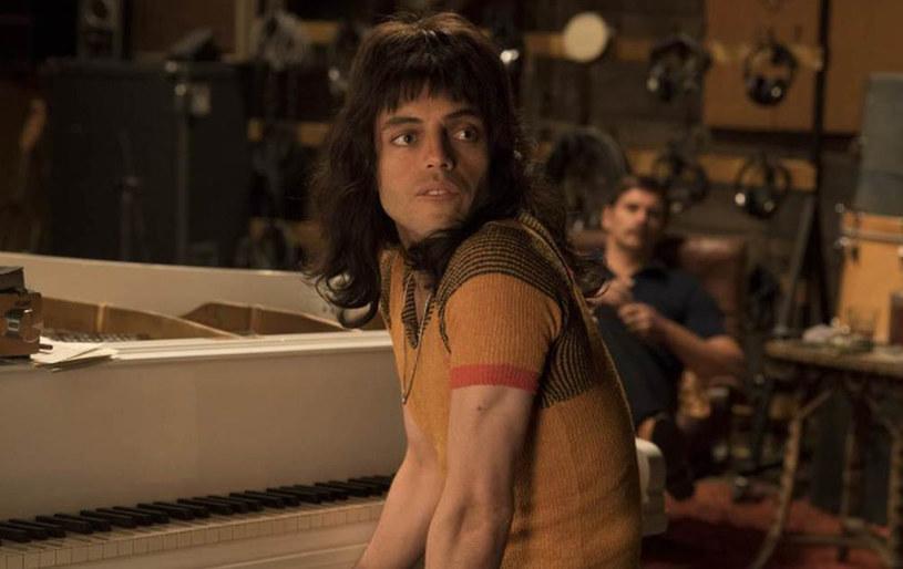 """Muzyczna biografia zespołu Queen zatytułowana """"Bohemian Rhapsody"""" przynosi rekordowe zyski. Film zarobił już na świecie ponad 900 mln dolarów."""