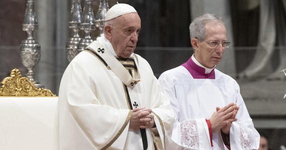 """Papież Franciszek podczas Mszy Krzyżma w Wielki Czwartek w Watykanie apelował do kapłanów, by """"brudzili sobie ręce, dotykając ran, grzechów, niedostatków ludzi"""". Przestrzegał przed klerykalizmem oraz małostkowością i mówił, że dla kapłanów wzorcem jest lud."""