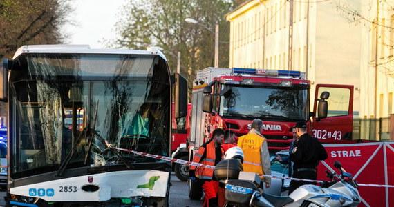 1 osoba nie żyje, 12 trafiło do szpitali po zderzeniu samochodu osobowego z autobusem komunikacji miejskiej do jakiego doszło w Szczecinie na ulicy Metalowej.
