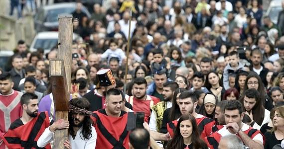 Kościół katolicki obchodzi dziś drugi dzień Triduum Paschalnego - Wielki Piątek, upamiętniający śmierć Chrystusa na krzyżu. W kościołach odprawiana jest liturgia Męki Pańskiej.