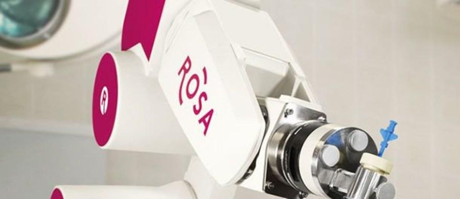 Szpital Uniwersytecki w Krakowie, jako pierwszy ośrodek w Polsce, wszedł w posiadanie robota neurochirurgicznego Rosa. To popularne w USA urządzenie służy wyłącznie do operacji mózgu i innych procedur chirurgicznych z otwartą czaszką.