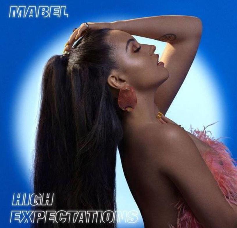 """Wokalistka Mabel to 23-letnia Brytyjka, która przez kilka lat działalności zdążyła już zgromadzić wokół siebie oddanych fanów. Artystka w końcu ogłosiła datę wydania debiutanckiego albumu i zaprezentowała klip do utworu """"Don't Call Me Up""""."""