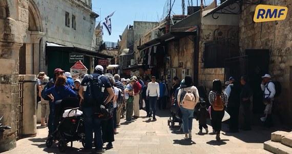 Wąskie uliczki, setki straganów, tysiące pielgrzymów, turystów i mieszkańców… tak dziś wyglądają ulice Jerozolimy, którymi 2 tysiące lat temu szedł Jezus Chrystus, niosąc na plecach krzyż. W RMF FM i na RMF24.pl zapraszamy dziś na podróż po świętym mieście.