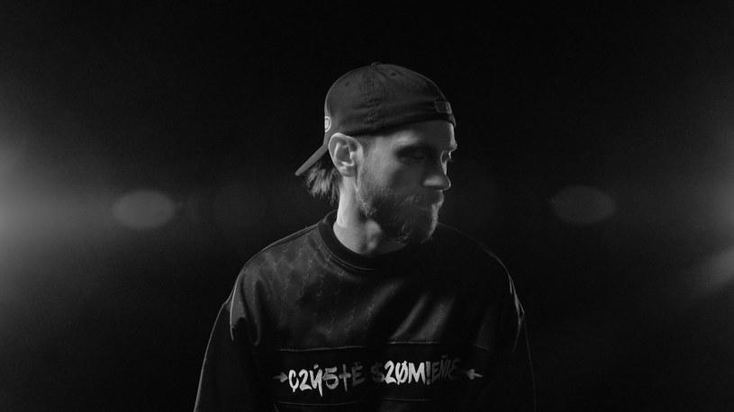 """Do sieci trafił teledysk do singla """"Ego-Tyka"""" zapowiadający kolejny solowy album Hansa, wokalisty grupy Luxtorpeda, znanego wcześniej z hiphopowego składu Pięć Dwa."""