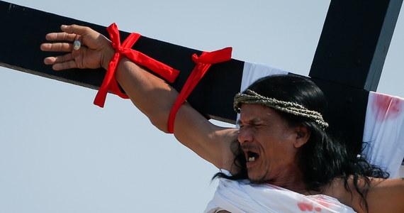 Jak co roku w Wielki Piątek na północy Filipin pokutnicy dali się przybić do drewnianych krzyży. To tradycja, której nie pochwala Kościół katolicki. Zdaniem ukrzyżowanych ten obrzęd jest świadectwem wiary, aktem pokuty, bądź sposobem na wybłaganie łaski u Boga.