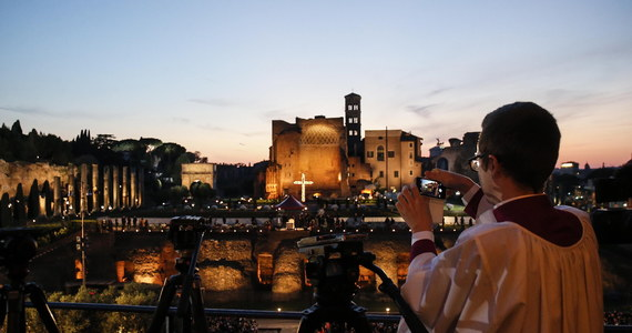 W rzymskim Koloseum rozpoczęła się w Wielki Piątek wieczorem Droga Krzyżowa pod przewodnictwem papieża Franciszka. Przy siódmej stacji krzyż nieść będzie dwoje Polaków. Wokół antycznego amfiteatru zgromadziły się tysiące ludzi.
