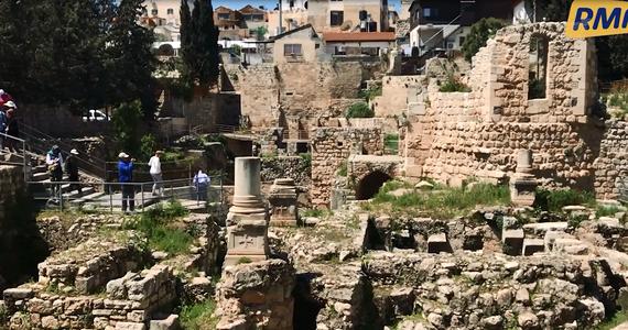 Dzisiejsza Jerozolima pełna jest miejsc, które choć nie są związane ze świętami Wielkiej Nocy i męką Chrystusa, były w jego życiu bardzo istotne. Jednym z takich miejsc jest Sadzawka Betesda, gdzie Jezus uzdrowił paralityka - tam również zajrzeliśmy podczas naszej podróży po świętym mieście.