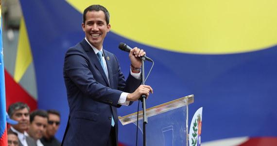 """Tymczasowy prezydent Wenezueli Juan Guaido wezwał społeczeństwo swojego kraju o zorganizowanie 1 maja """"największej manifestacji w historii kraju"""". W ten sposób Guaido chce wywrzeć kolejny nacisk na nieuznawanego przez społeczność międzynarodową urzędującego szefa państwa Nicolasa Maduro."""