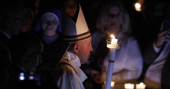 """Podczas mszy Wigilii Paschalnej w Wielką Sobotę w Watykanie papież Franciszek mówił, że nie można dać się przytłoczyć przez """"kamień"""" grzechu. Dodał, że Wielkanoc to """"święto usuwania kamieni"""". Jak podkreślił, Kościół nie może tracić ducha w obliczu niepowodzeń."""