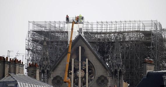 """Francuski minister kultury Franck Riester oświadczył, że zniszczona w pożarze paryska katedra Notre Dame jest """"prawie ocalona"""". """"Punkty newralgiczne"""" - podkreślił - zostały zabezpieczone."""