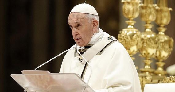 """Papież Franciszek modlił się za ofiary niedzielnej serii ataków na Sri Lance. Ataki nazwał """"okrutną przemocą"""". Zwracając się do wiernych po wygłoszeniu orędzia wielkanocnego, papież zapewnił o solidarności ze wspólnotą chrześcijańską w tym kraju."""
