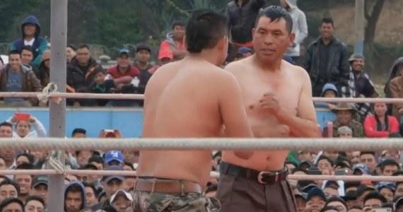 Tysiące osób przybyły do miasteczka Chivaretto w Gwatemali, by obejrzeć wielkanocne... okładanie się gołymi pięściami. Nie wiadomo, kto zapoczątkował tę tradycję, ale sięga ona niemal stu lat. Walki na gołe pięści odbywają się w Chivaretto co roku w Wielki Piątek. Mogą wziąć w nich udział tylko pełnoletni i trzeźwi Gwatemalczycy.