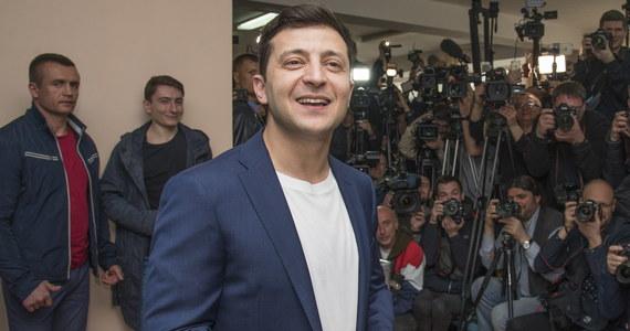 Showman telewizyjny Wołodymyr Zełenski zwyciężył w II turze wyborów prezydenckich na Ukrainie, zdobywając 73,2 procent głosów – poinformowała w niedzielę fundacja Demokratyczni Inicjatywy, która przeprowadzała sondaż przed lokalami wyborczymi, tzw. exit poll. Jego przeciwnik, urzędujący prezydent Petro Poroszenko otrzymał 25,3 procent poparcia.