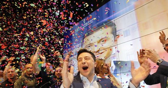 """Zwycięstwo Wołodymyra Zełenskiego w wyborach na prezydenta Ukrainy """"to symboliczne zwycięstwo postpolityki"""" i wielkiej tęsknoty za zmianą - ocenił w rozmowie z PAP dyrektor Ośrodka Studiów Wschodnich Adam Eberhard. Jego zdaniem będzie to prezydent słaby, który będzie miał problemy z kontrolą grup interesów."""