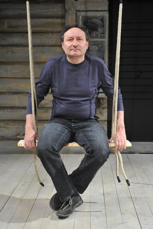 """Oczywiście nie mówimy, że warto przechodzić udar tak jak Krzysztof Globisz, ale stanowi on sytuację graniczną. W tej historii odbija się siła ducha i wielkość człowieka - powiedział reżyser filmu """"Prawdziwe życie aniołów"""" Artur """"Baron"""" Więcek."""