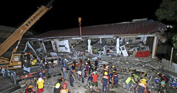 Co najmniej 8 ofiar śmiertelnych i 20 rannych - to tragiczny bilans trzęsienia ziemi o magnitudzie 6,1, które nawiedziło w poniedziałek północne Filipiny. Władze obawiają się, że pod gruzami budynków może znajdować się jeszcze kilkudziesięciu ludzi.