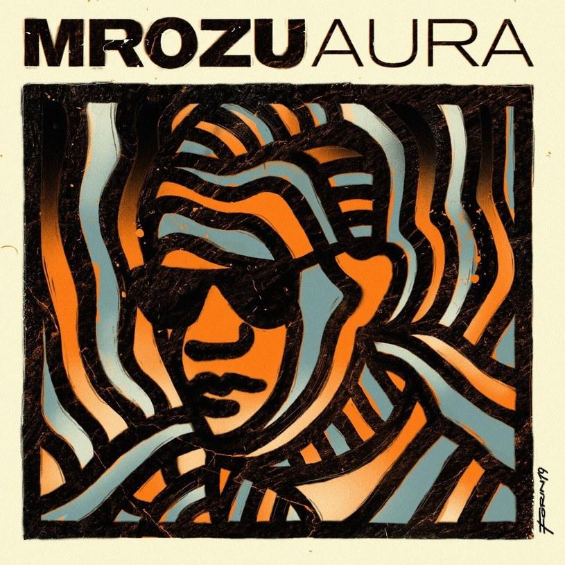 """Mrozu wraz z """"Aurą"""" utwierdza swoje miejsce jako jednego z najlepszych wokalistów na naszym rynku, a przy okazji po raz kolejny zaskakuje. Jednak trzeba przyznać, że zupełne wyzbycie się wpływów r'n'b ze swojej muzyki na rzecz bluesa i rock'n'rolla zadziałało w jego przypadku nad wyraz dobrze."""